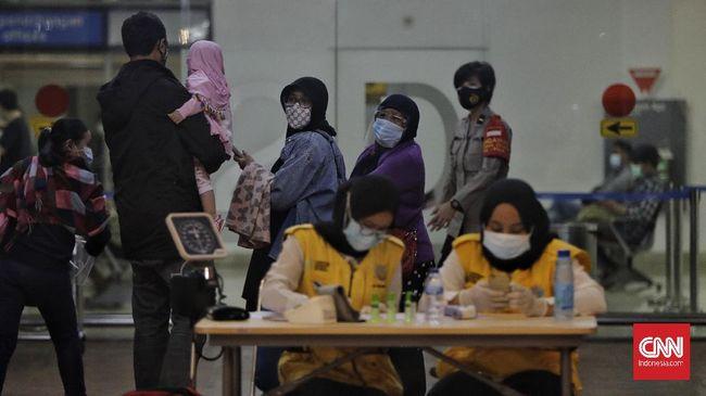 Keluarga korban menunggu kabar sanak saudaranya yang tercatat sebagai penumpang Sriwijaya Air SJ 182 yang jatuh di perairan Pulau Seribu, Jakarta.