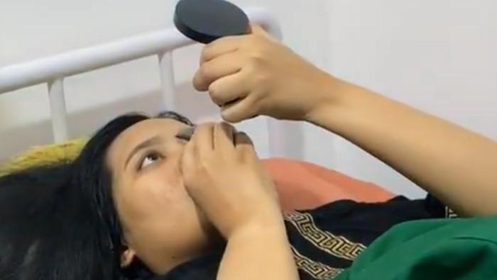 Videonya Viral, Ini Rahasia Ibu yang Melahirkan Santai Sambil Makeup