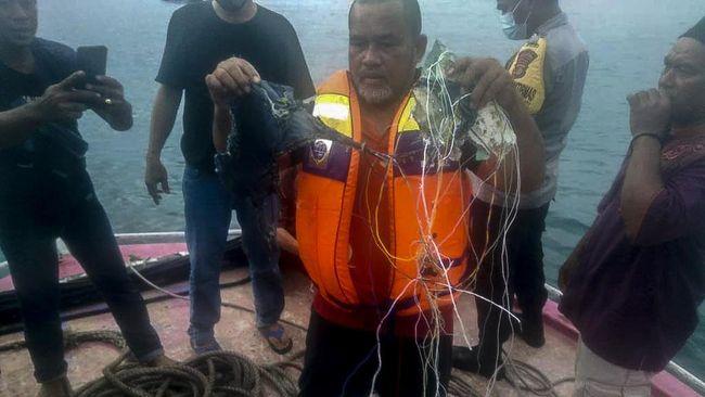 Warga Pulau Seribu mengaku mendengar ledakan dua kali dan menemukan sejumlah barang di tengah laut.
