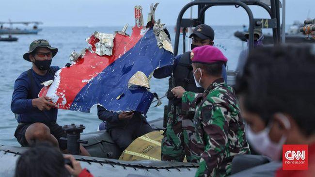 Tim pencari menemukan puing pesawat, berupa roda dan badan pesawat Sriwijaya Air SJ 182 yang jatuh di perairan Pulau Seribu, Jakarta.