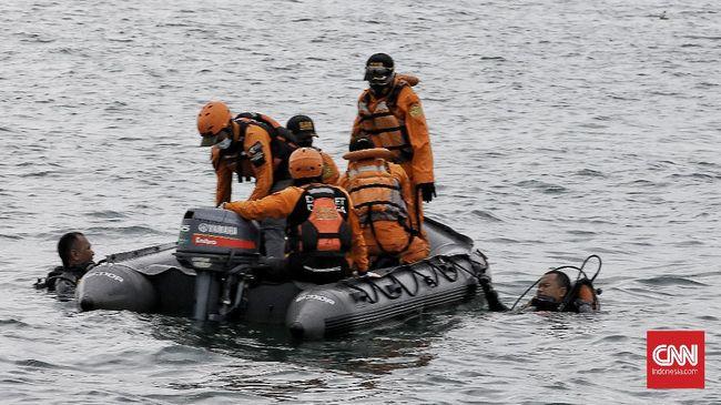 Kepala KNKT menyatakan tim penyelam membawa alat pinker finder untuk mencari black box Sriwijaya Air SJ 182 yang sinyalnya telah ditemukan.