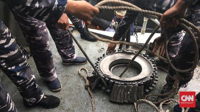 Tim penyelam TNI AL kembali menemukan bongkahan yang diduga mesin pesawat Sriwijaya Air SJ 182 yang jatuh di perairan Kepulauan Seribu.