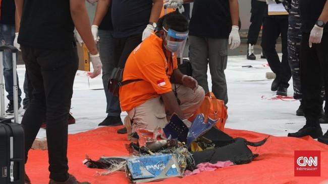 Tim pencarian gabungan sejumlah unsur mulai menemukan puing pesawat Sriwijaya Air SJ 182 sehari setelah dinyatakan jatuh pada Sabtu (9/1).