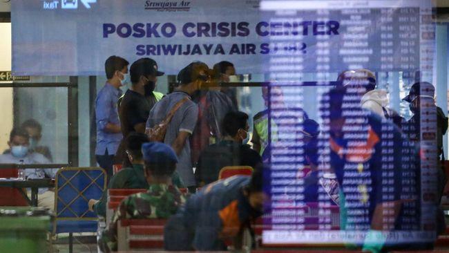 Para keluarga korban itu hendak melihat langsung proses evakuasi di Posko JICT 2, Pelabuhan Tanjung Priok, Jakarta Utara.