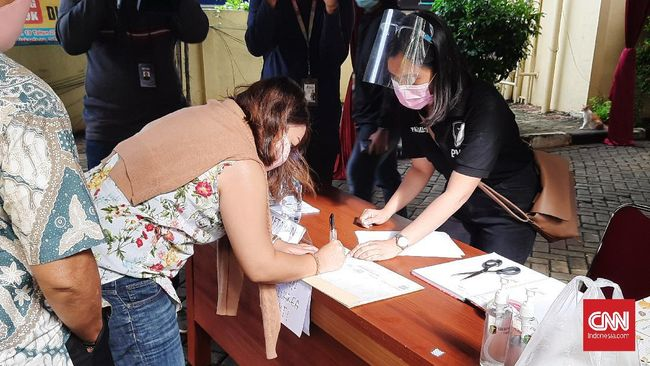 Keluarga dari kopilot Sriwijaya SJ182 menyerahkan sejumlah data dan barang antemortem ke posko yang berada di RS Polri, Kramat Jati, Jakarta Timur.
