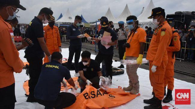 Tim SAR Yontaifib Marinir TNI Angkatan Laut menemukan kartu tanda penduduk (KTP) di antara serpihan pesawat Sriwijaya Air.