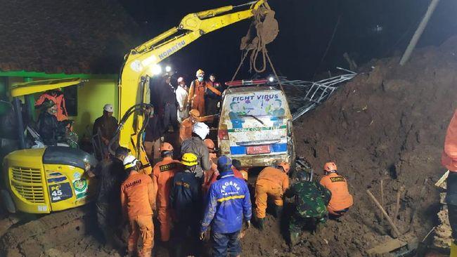 Danramil Cimanggung, Sumedang Kapten (Inf) Setio Pribadi jadi korban tewas saat longsor susulan terjadi. Saat kejadian, Setio tengah mengevakuasi korban.