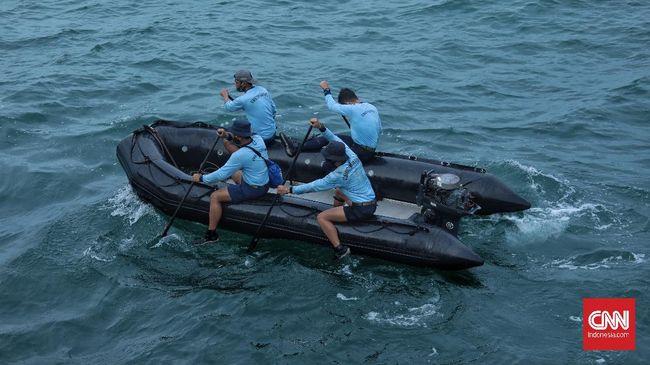 TNI menduga bagian pesawat mengapung bersama sampah laut di sekitar lokasi ditemukannya titik jatuhnya pesawat Sriwijaya Air SJ 182.