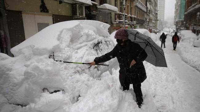 Spanyol tengah menghadapi badai salju terburuk dalam 50 tahun terakhir yang menimpa kota Madrid dan sekitarnya.