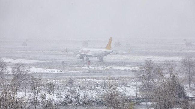Badai musim dingin di AS mengakibatkan pemadaman listrik meluas yang berujung pada penutupan operasional sejumlah sektor bisnis, dari ritel hingga penerbangan.