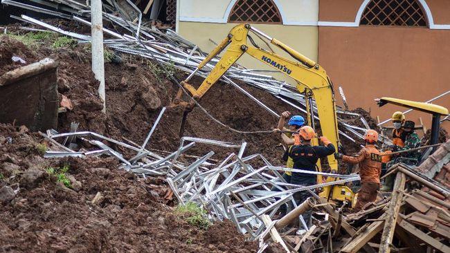 Dari satu keluarga yang tertimbun longsor akibat banjir Kalsel, satu selamat, dua orang meninggal, dan dua orang lainnya masih hilang.