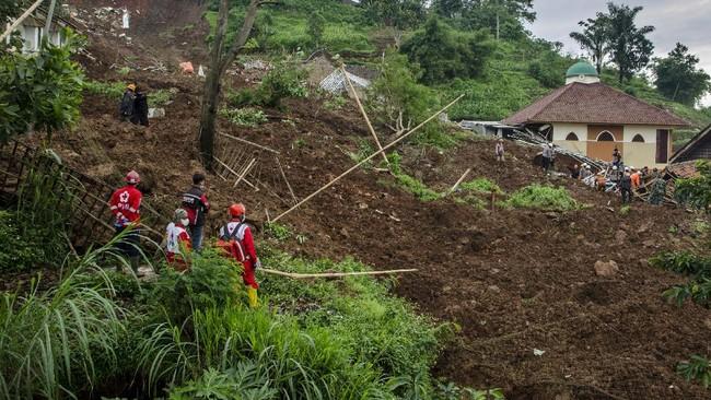 Longsor yang terjadi di Dusun Bojong Kondang, Desa Cihanjuang, Kecamatan Cimanggung, Kabupaten Sumedang menewaskan 13 orang dan sedikitnya 18 terluka.