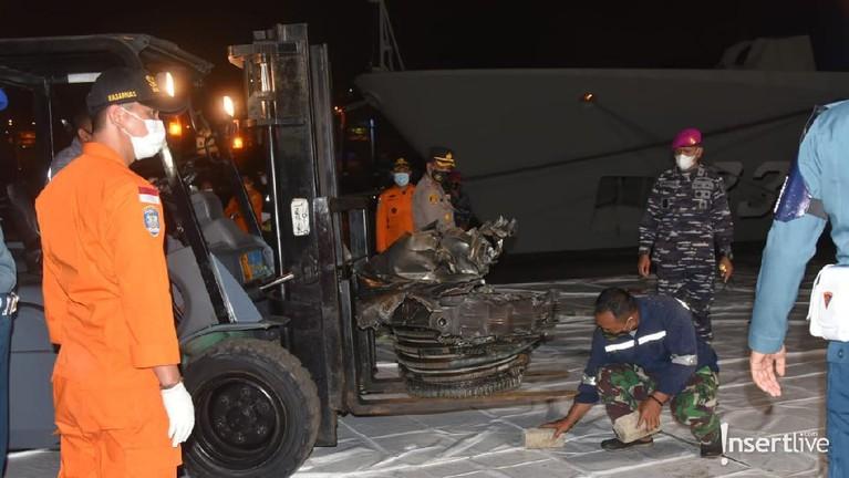 Evakuasi turbin pesawat Sriwijaya Air SJ182