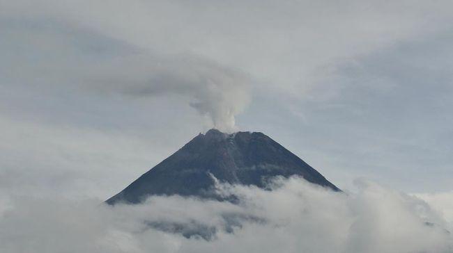 Gunung Merapi mengeluarkan awan panas dengan tinggi 500 meter dan mengarah ke hulu Kali Krasak.