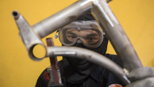 Pandemi virus corona membuat seorang pengrajin tas sepeda mengembangkan usahanya dengan memproduksi sepeda lipat tiga mirip Brompton.