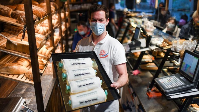 Merespons hadirnya vaksin virus corona penyebab Covid-19, sebuah toko di Jerman menyuguhkan kue berbentuk jarum suntik.