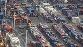 Corona Serang Pelabuhan China, Tumpukan Kontainer Menggunung