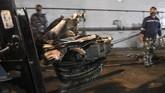 TNI AL mengangkat puing yang diduga bagian turbin dari pesawatSriwijaya AirSJ 182 yang jatuh di perairan Kepulauan Seribu.