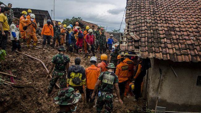 Tim SAR gabungan masih terus mencari 2 orang yang hilang setelah longsor di Desa Cihanjuang, Kecamatan Cimanggung, Kabupaten Sumedang.