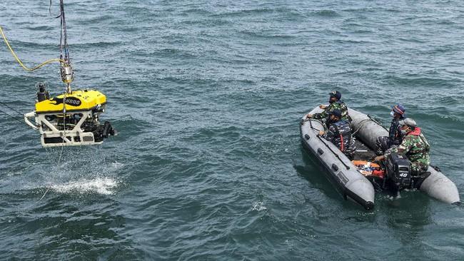 Memasuki hari ketiga operasi pencarian Sriwijaya Air SJ 182 di Kep Seribu, TNI menerjunkan ROV Bawah laut dari KRI Rigel untuk menemukan black box.