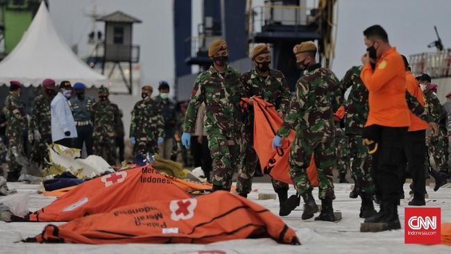 Tim Disaster Victim Identification (DVI) RS Polri menyebutkan tiga nama korban pesawat Sriwijaya Air SJ 182 yang telah teridentifikasi pada Selasa (12/1).
