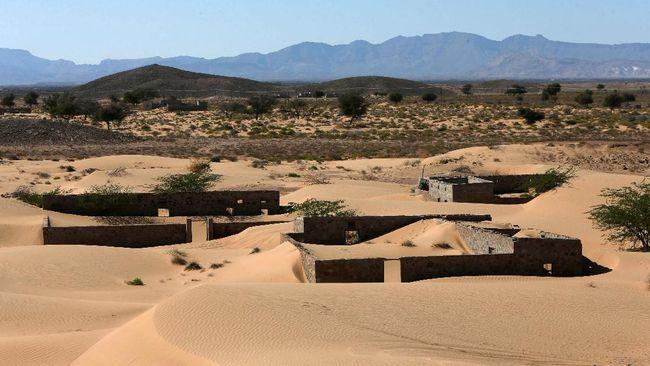 Tiga dekade yang lalu Desa Omani di Wadi al-Murr, Oman, ditelan padang pasir. Kini, rumah-rumah di sana perlahan muncul kembali.