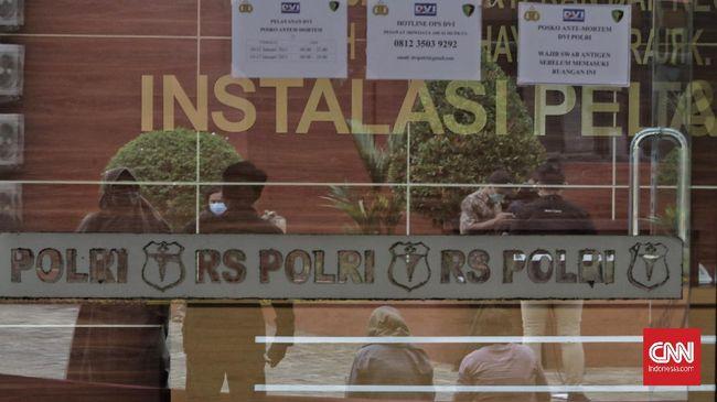 Tim petugas di RS Polri menyerahkan jenazah korban Sriwijaya Air SJ 182, Okky Bisma ke pihak keluarga. Jenazah Okky langsung dimakamkan di Jakarta Timur.