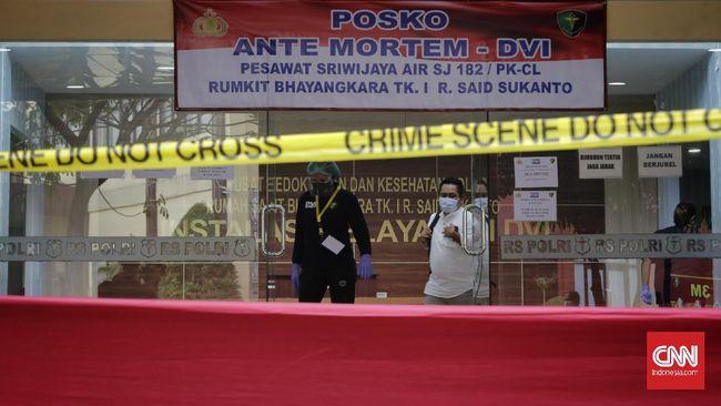 Tim DVI RS Polri kembali mengidentifikasi dua korban pesawat jatuh Sriwijaya Air SJ 182. Korban teridentifikasi dari sidik jari.
