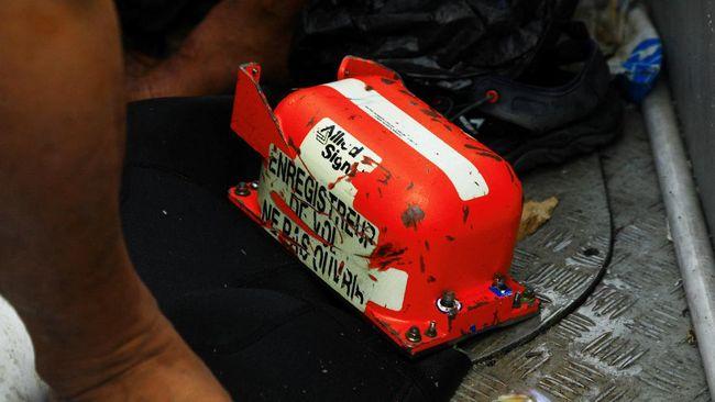 Black box atau kotak hitam dibungkus dengan lapisan tipis aluminium dan lapisan insulasi suhu tinggi berukuran 1 inci.