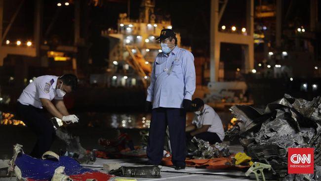 Investigator Keselamatan Pelayanan KNKT menduga pesawat Sriwijaya Air meledak saat posisi di laut, bukan di udara.