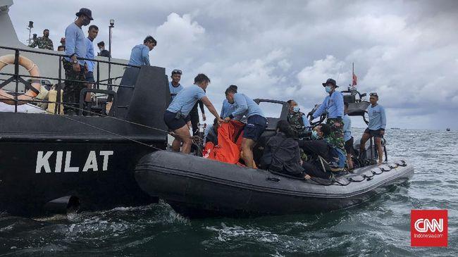 Proses pencarian dan evakuasi puing-puing serta kotak hitam atau black box pesawat Sriwijaya Air SJ 182 masih terus dilakukan hingga kini.