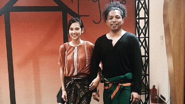 Dalam momen pernikahannya, aktris Indah Permatasari dan Arie Kriting tampil menggunakan busana yang terinspirasi khazanah budaya Nusantara.