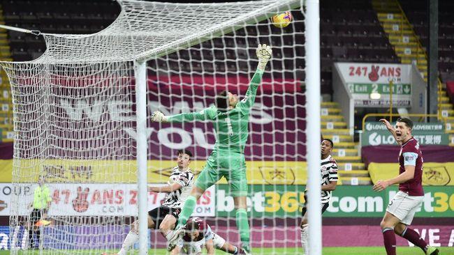 Manchester United berhasil naik ke puncak klasemen Liga Inggris usai mengalahkan Burnley 1-0 dalam laga yang menyajikan beberapa kontroversi.