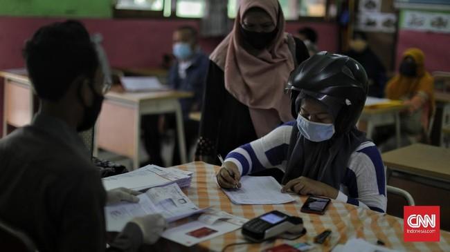 Dinsos DKI Jakarta mulai menyalurkan Bantuan Sosial Tunai (BST), Selasa (12/1/2021), di mana jumlah penerima mencapai 1,055.216 KPM.