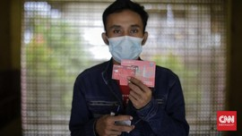 FOTO: Dinsos DKI Jakarta Mulai Salurkan Bantuan Sosial Tunai