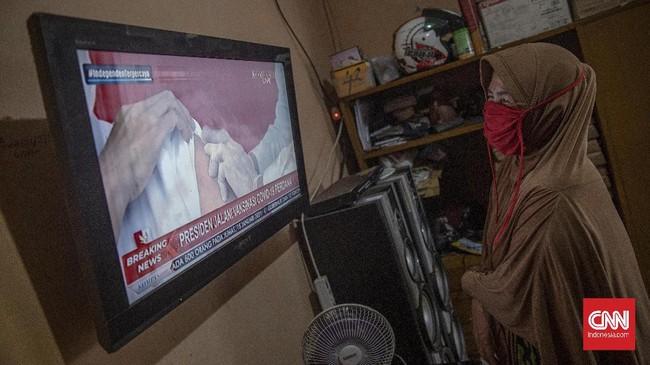 Presiden Joko Widodo menerima suntikan dosis pertama vaksin corona buatan Sinovac, Rabu (13/1) pagi. Melalui televisi, warga ikut menyaksikan prosesi tersebut.