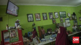 FOTO: Antusias Warga Menonton Siaran Vaksinasi Perdana