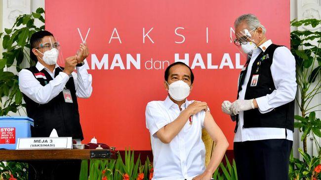 Netizen bereaksi usai melihat Guru Besar UI gemetaran saat menyuntikkan vaksin Covid-19 Sinovac ke lengan Jokowi.