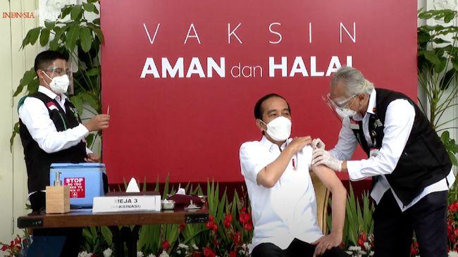 Presiden Jokowi menerima suntikan dosis pertama vaksin Covid-19 CoronaVac buatan produsen Sinovac di Istana Kepresidenan pada Rabu (13/1) hari ini.