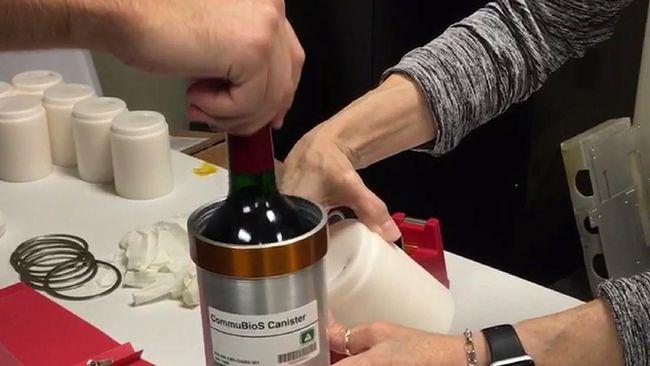 Stasiun Luar Angkasa melepas 12 botol wine Prancis Bordeaux dan ratusan potongan anggur kembali ke bumi Selasa (12/1) kemarin, setelah satu tahun mengorbit.