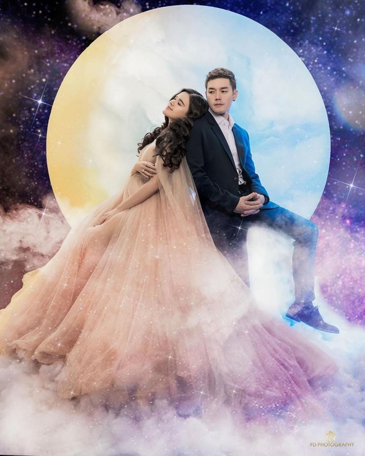 Konsep foto yang mereka usung yakni luar angkasa dan bulan. Keren dan romantis banget ya, Bunda. (Foto: Instagram @audimarissa)