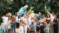 """<p>Dalam kejutan tersebut, acara yang diusung tampak meriah lho, Bunda. Di sana hadir keluarga serta sahabat tercintanya.<br /><br />""""<em>Saya tidak tahu dan saya pikir tidak akan mengadakan baby shower, tetapi suami saya yang manis serta teman-teman yang luar biasa mengejutkan saya dengan baby shower yang paling indah dan sempurna yang pernah ada</em>,"""" ungkapnya.(Foto: Instagram @jenniferbachdim)</p>"""