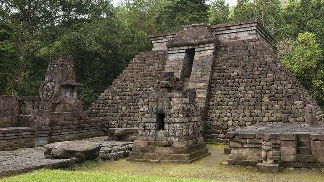 Di Karanganyar, Jawa Tengah, berdiri Candi Sukuh, situs yang disebut-sebut sebagai tempat pertapaan Bhima di tengah hamparan arca-arca lingga dan yoni.
