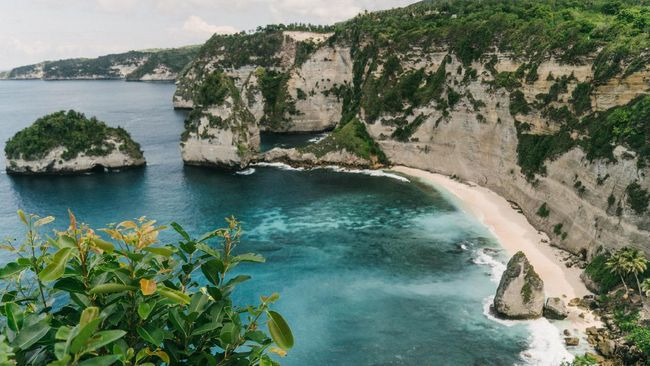 Nusa Penida bukan cuma Pantai Kelingking, karena ada juga Diamond Beach yang layak disambangi. Berikut cara menuju ke sana.