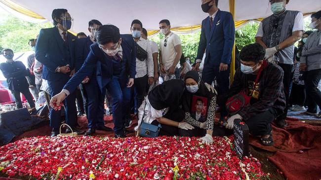 Keluarga hingga rekan kerja Okky Bisma, korban pertama Sriwijaya Air yang berhasil diidentifikasi tim DVI Polri, mengantar mendiang ke liang lahat.