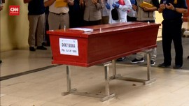 VIDEO: Polri Serahkan Jenazah Pramugara SJ-182 ke Keluarga
