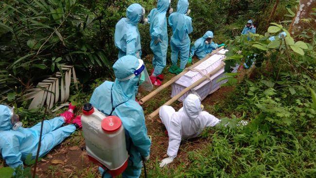 Satgas mengklaim kemungkinan Indonesia sudah melalui puncak pertama gelombang covid-19. Sejumlah epidemiolog menyangsikan.