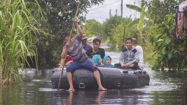 TNI Angkatan Udara kembali menerbangkan pesawatnya ke Kalimantan Selatan untuk membawa bantuan bagi warga yang terkena dampak bencana banjir, Sabtu (16/1).