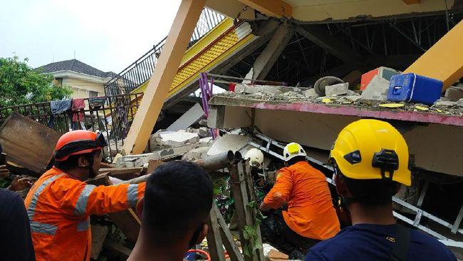 Gempa Sulbar 5 Warga Majene Masih Terjebak Reruntuhan