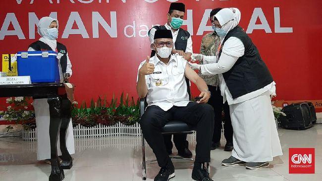 Gubernur Aceh Nova Iriansyah tak merasakan gejala apapun usai divaksin Covid-19. Dia meminta warga tak takut divaksin.